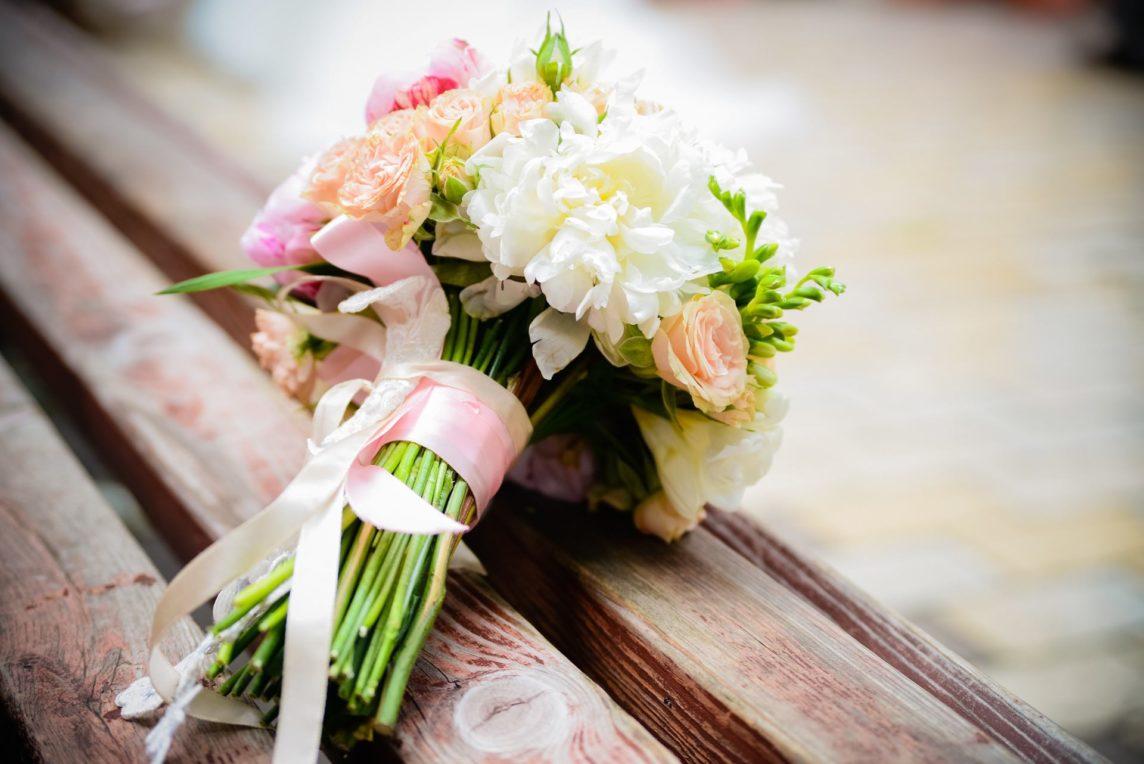 Bukiet ślubny – zrobić czy kupić?