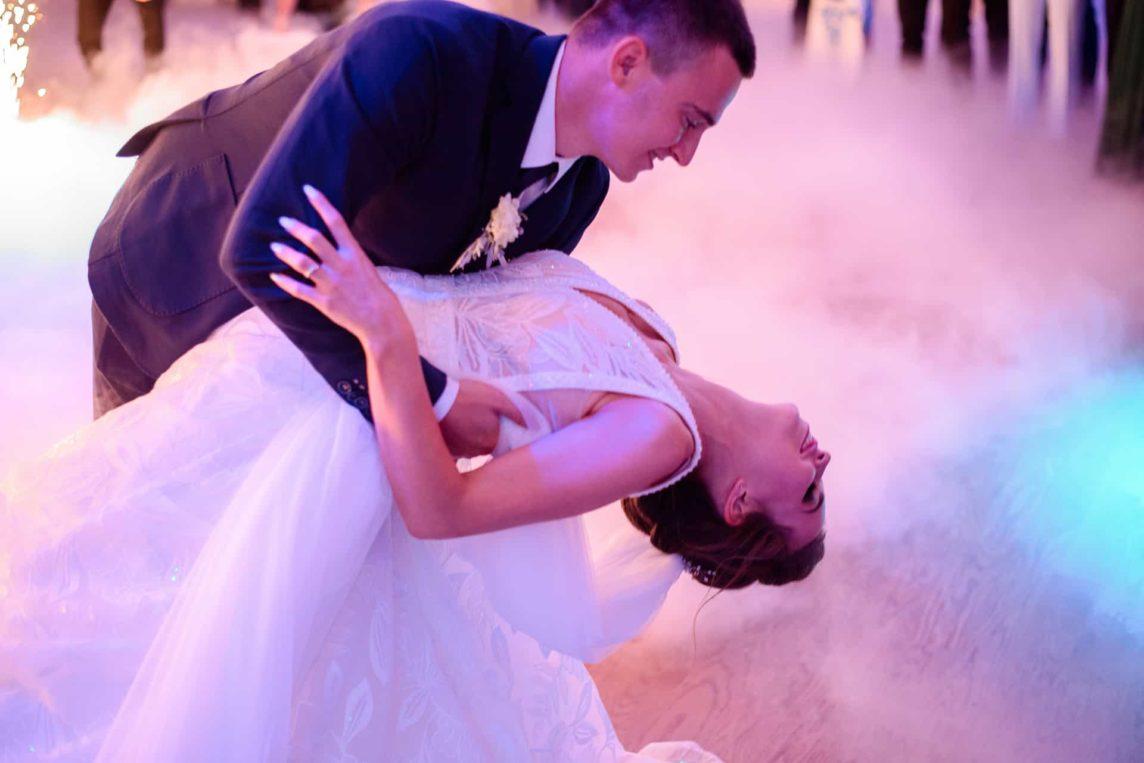 Jaka piosenka na pierwszy taniec? Jak ją wybrać i jak zatańczyć?