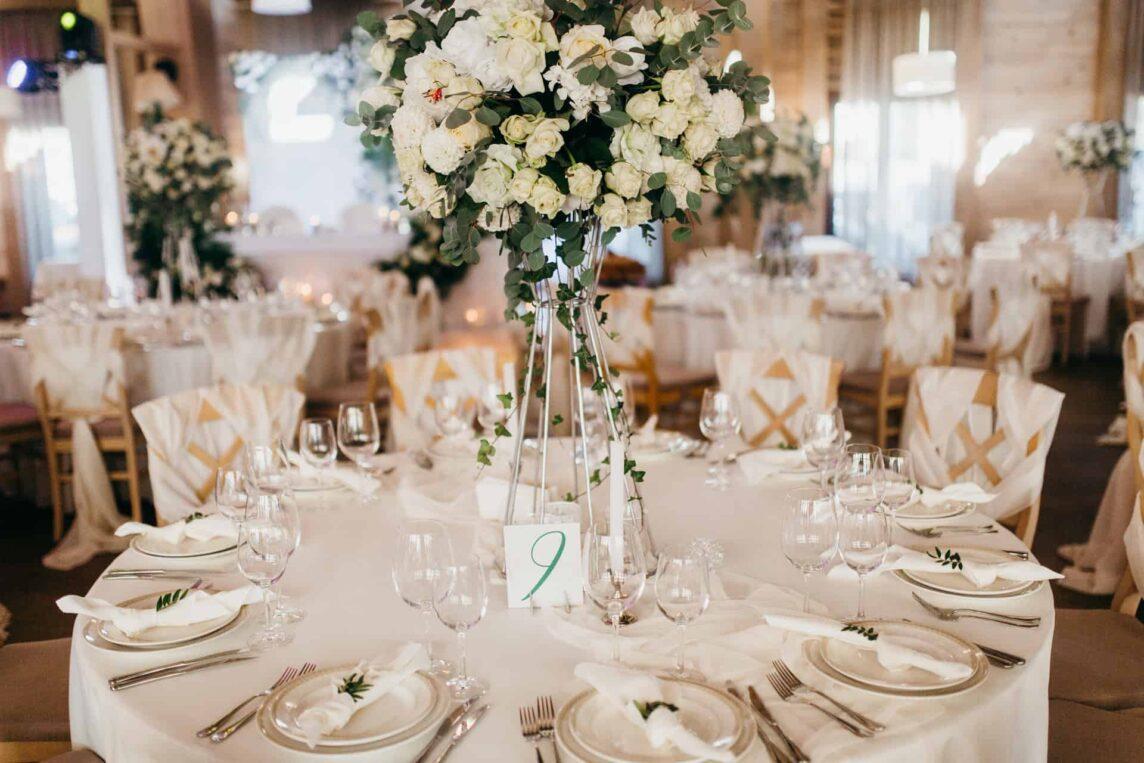 Jakie stoły wybrać na wesele – okrągłe czy prostokątne?