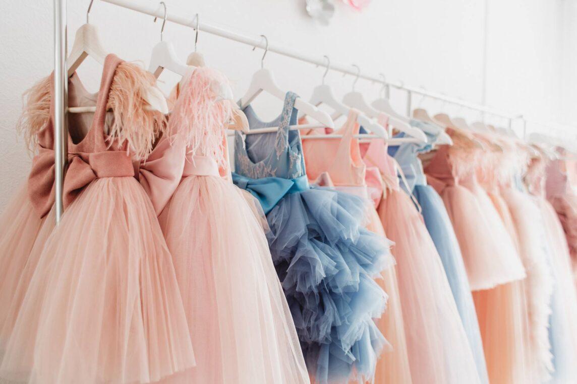 Długie i krótkie sukienki na studniówkę